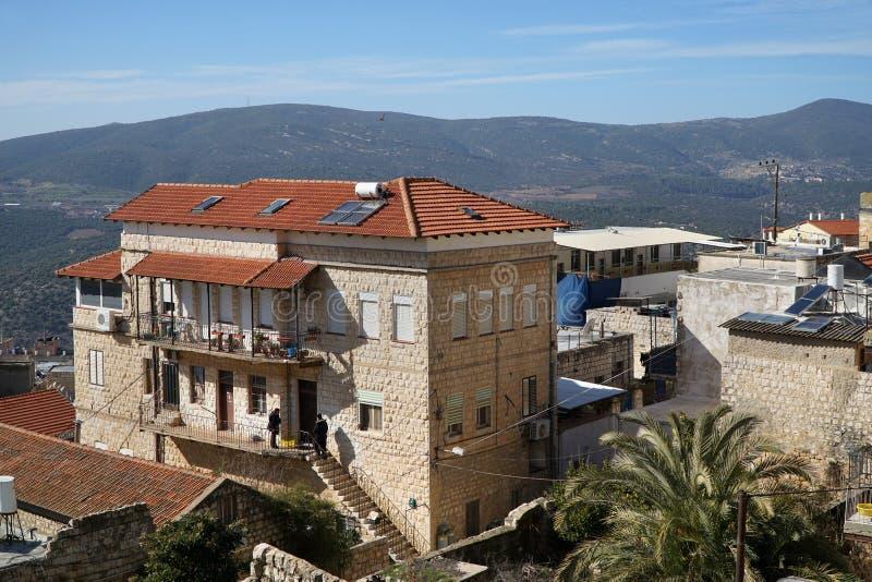 石房子被栖息在山一边 免版税库存照片