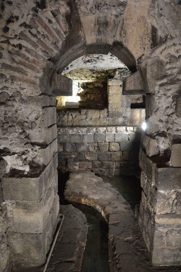 石曲拱在地下墓穴 免版税库存照片