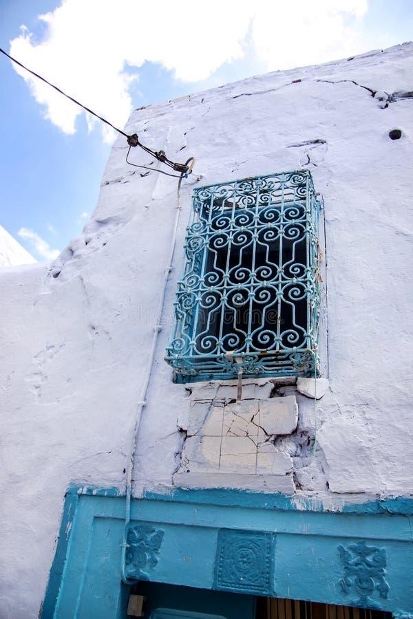 石有装饰品老锻件的大厦和阳台细节看法与典型的地中海阿拉伯样式窗口的在麦地那 免版税库存照片