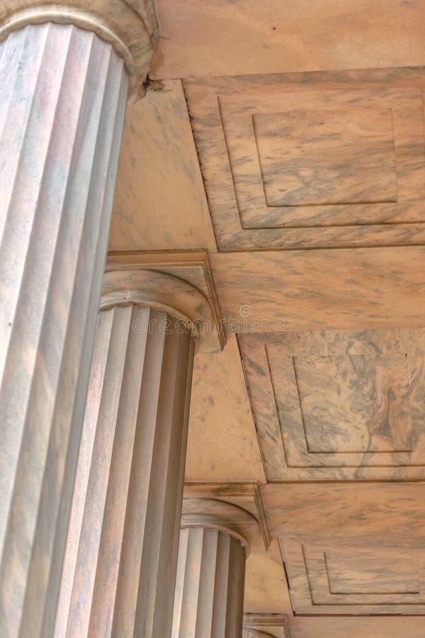 石柱子排队寺庙的基地 库存照片