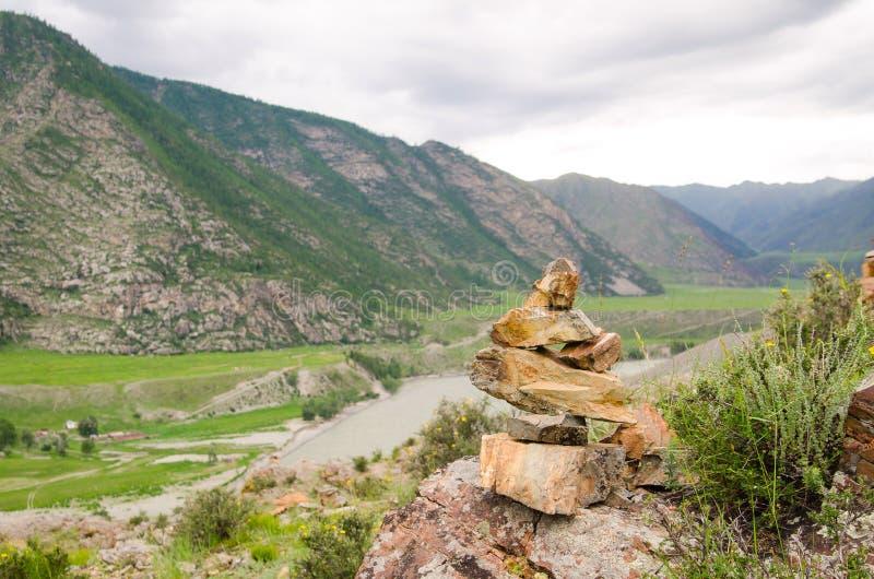 石标或岩石堆在山俯视的海湾上面阿尔泰,西伯利亚的高地的 免版税库存照片