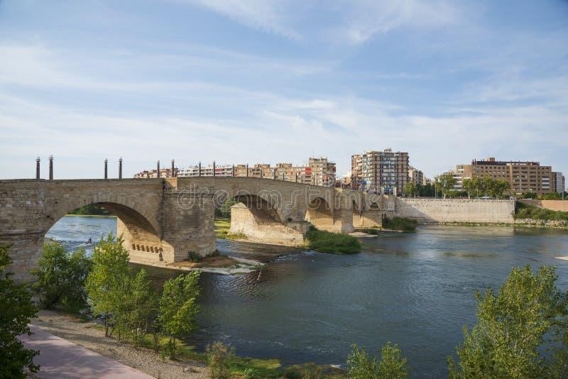石桥梁和埃布罗河在萨瓦格萨,西班牙 免版税库存图片