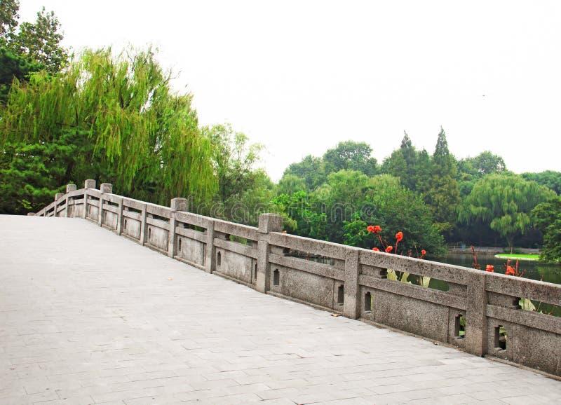 石桥梁在一个美丽的公园 免版税库存图片