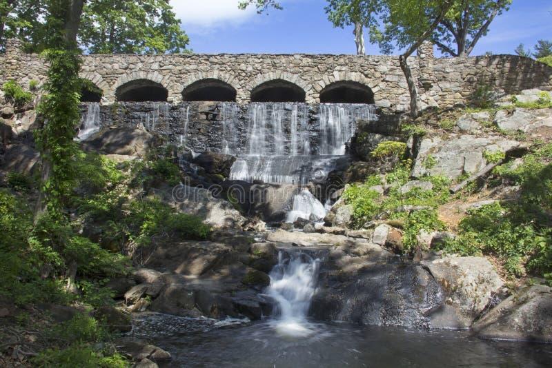 石桥梁在高地公园在曼彻斯特,康涅狄格落 库存图片