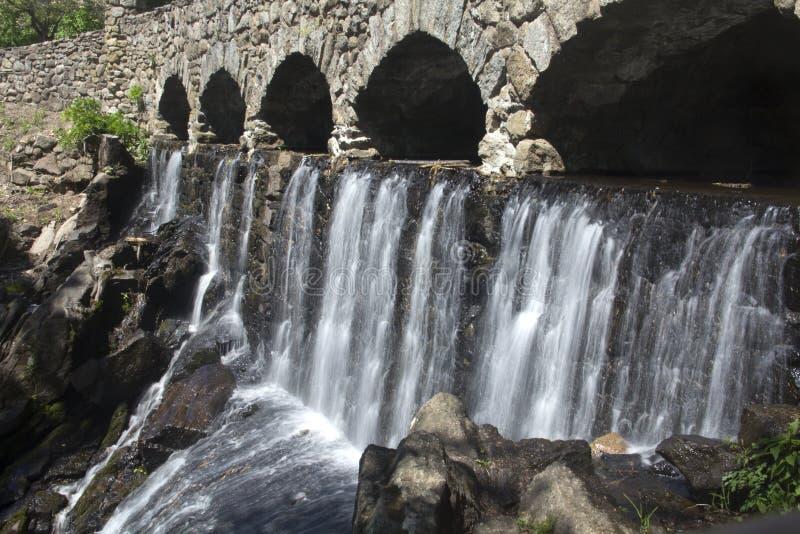 石桥梁在高地公园在曼彻斯特,康涅狄格落 免版税库存照片