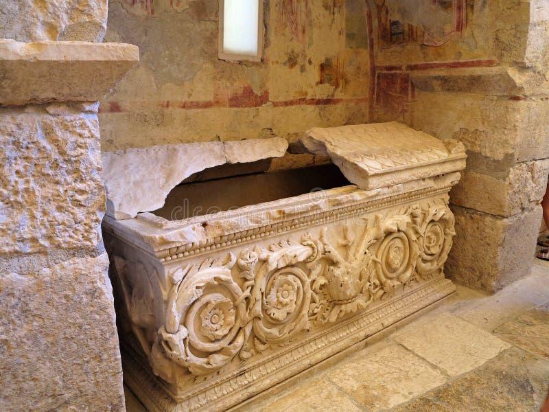 石棺在圣尼古拉斯教会里在代姆雷土耳其 库存图片
