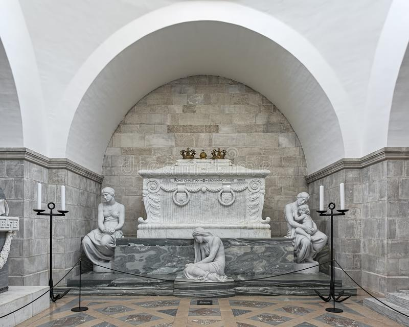 石棺基督徒国王IX和女王路易丝在罗斯基勒大教堂,丹麦里 库存图片