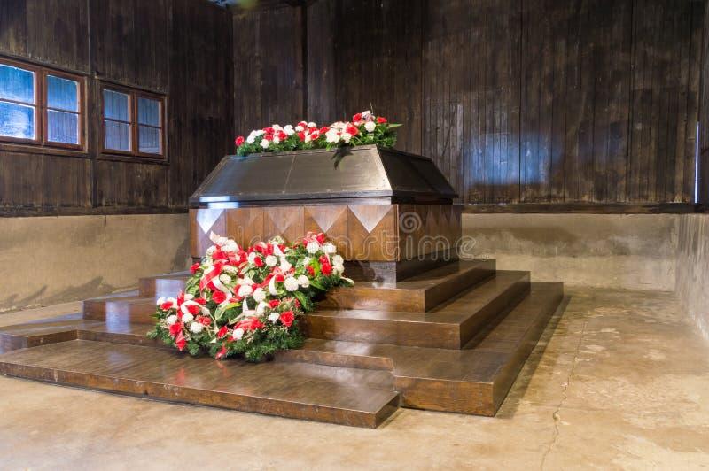石棺用于存放尸体遗骸1944年7月的期间 Srcophagus在Majdanek纳粹德国concentrati博物馆  免版税图库摄影