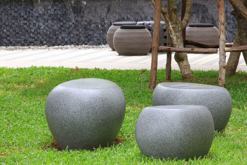 石椅子在公园 免版税库存照片