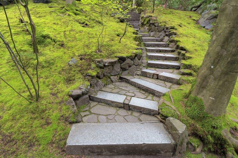 石楼梯步在日本庭院里 免版税库存照片