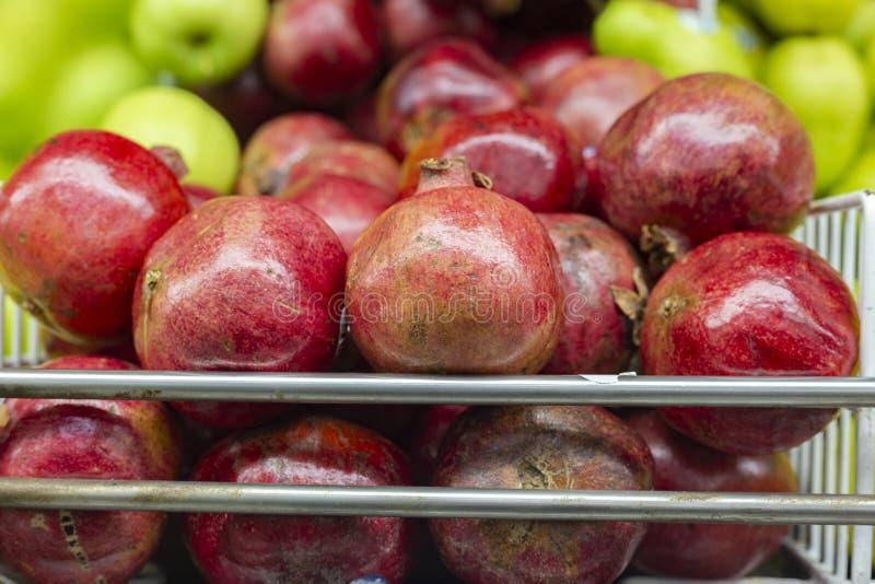 石榴果子在超级市场架子的,陈列待售 库存照片