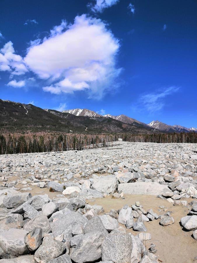 石河下降积雪覆盖的山 免版税库存照片