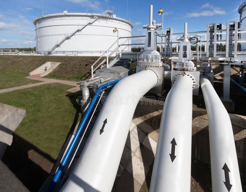 石油产品管道和大水库储油的在背景中 免版税图库摄影