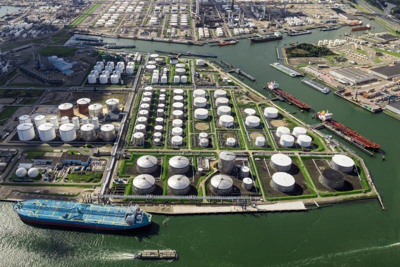 石油化学工业口岸鸟瞰图 免版税库存照片