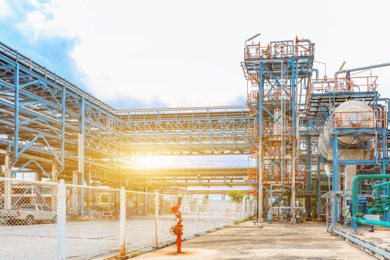 石油化学的炼油厂、精炼厂油和煤气产业、石油精炼的管道设备,特写镜头和石油化学制品 免版税库存图片