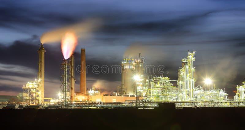 石油化学的石油工业在夜,工厂 免版税库存照片