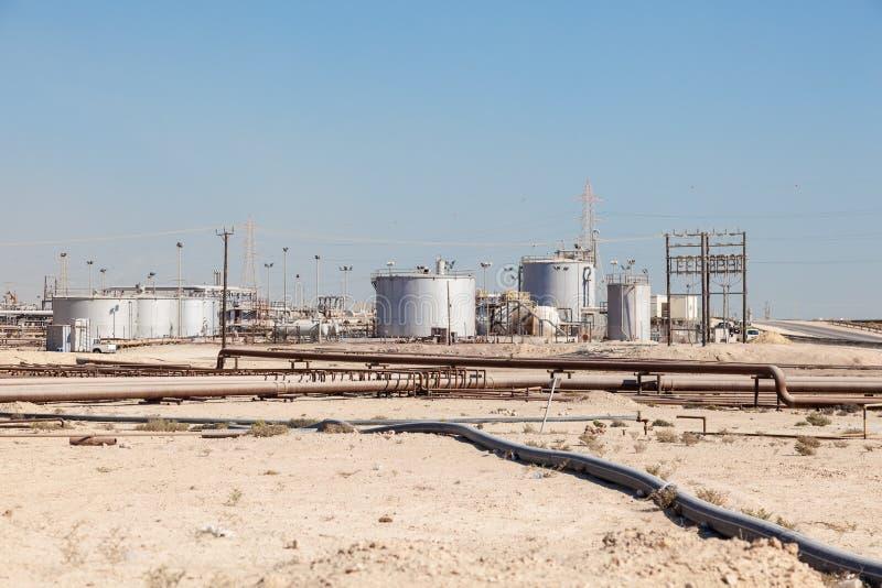 石油化学的设施在沙漠 免版税库存图片