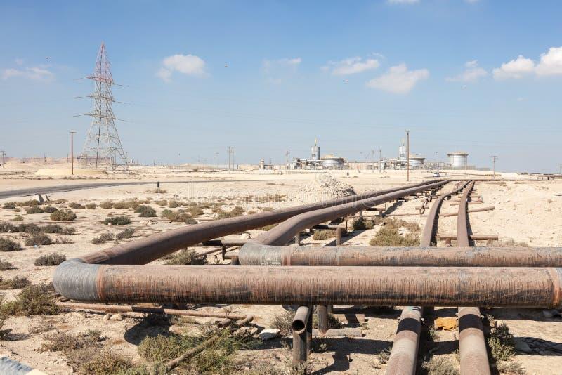 石油化学的设施在沙漠 库存照片