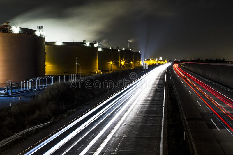 石油工业精炼厂夜光的汽油工厂 奥地利维也纳 免版税库存照片