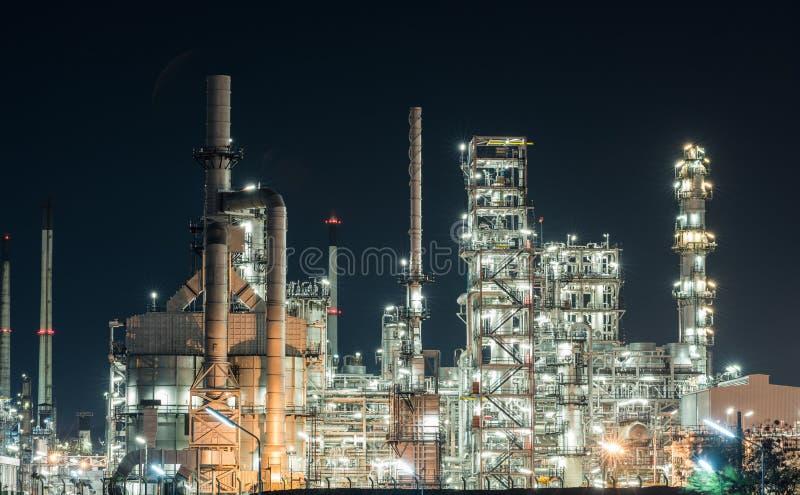 石油工业精炼厂工厂重工业在晚上 库存图片