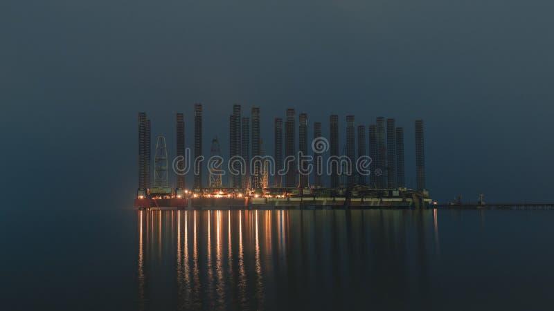 石油平台在夜海 图库摄影