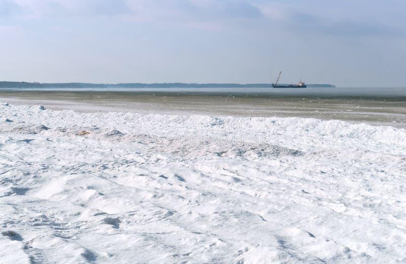 石油平台在天际的冬天海,冰烂泥在海 免版税图库摄影