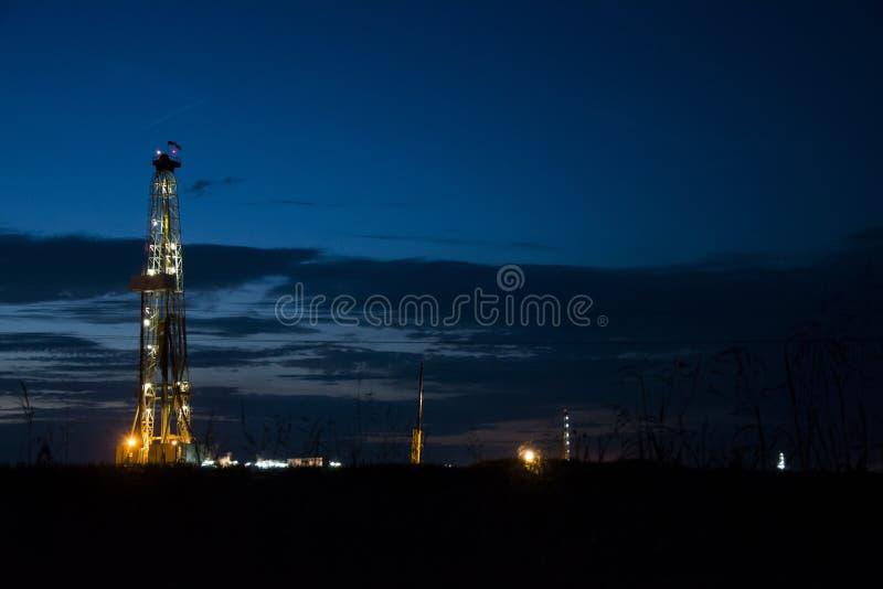 石油平台在晚上 库存照片