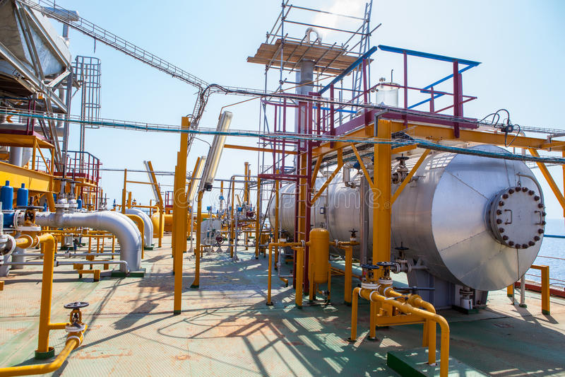 石油平台管道和压力转换系统 免版税库存照片