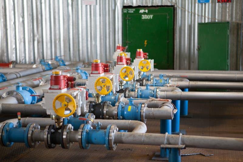 石油平台管道和压力转换系统 免版税图库摄影