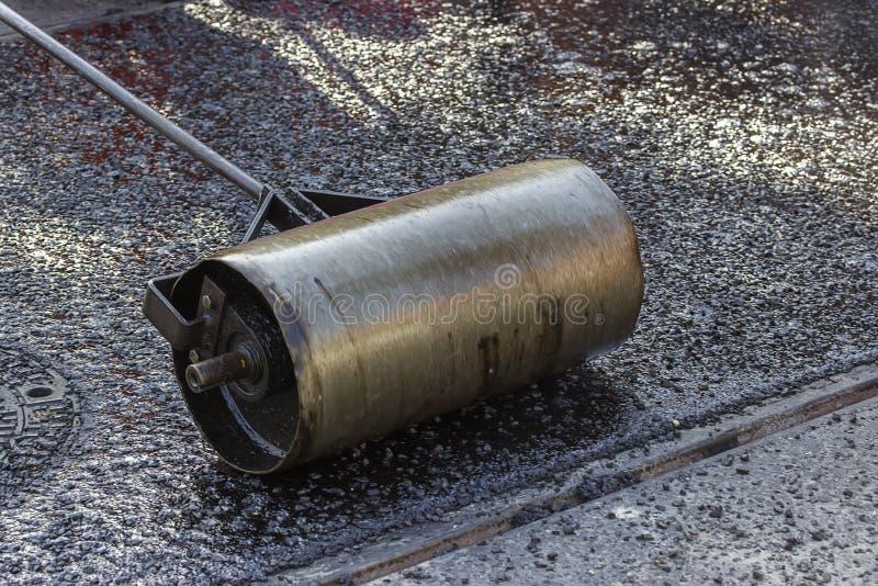 石油沥青砂胶铺的手路辗 库存图片