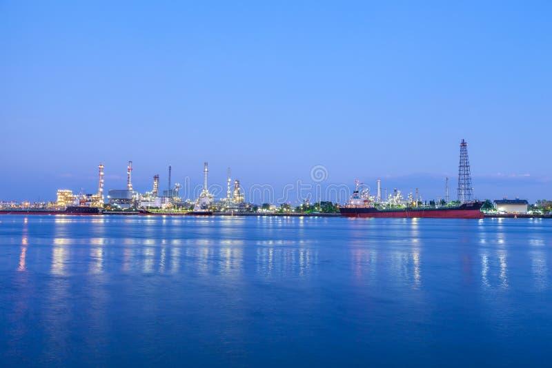 石油炼厂在晚上 库存图片