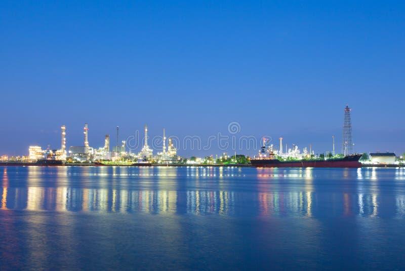 石油炼厂在晚上 免版税库存照片