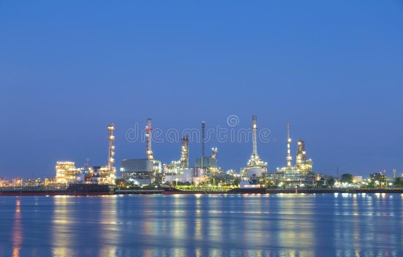 石油炼厂在晚上 库存照片