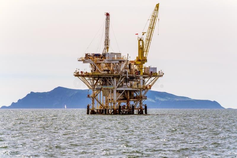 石油生产在海峡群岛国家公园附近继续 免版税库存照片