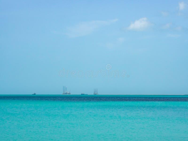 石油钻井在离墨西哥的原始大海的海岸的附近 库存图片