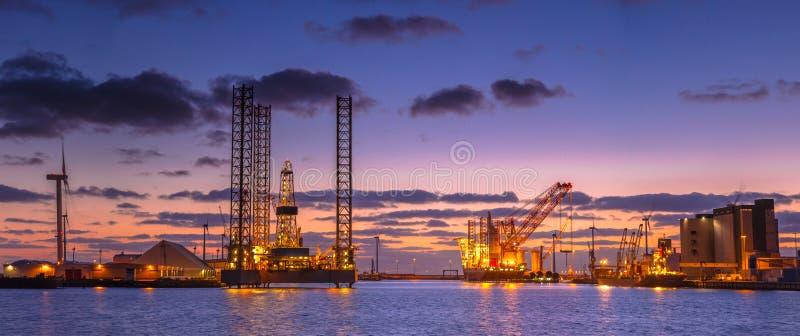 石油钻井船具建筑全景 免版税图库摄影
