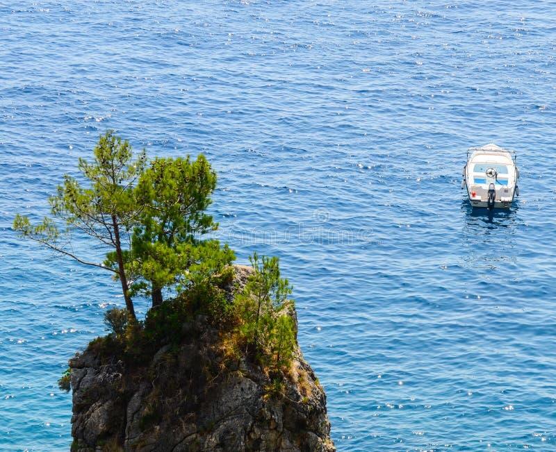 石海岛和小船 库存照片
