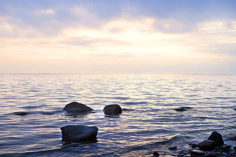 石海滩日落凝思宁静 免版税库存照片