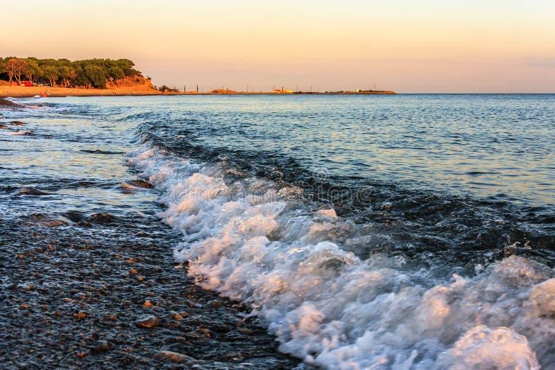 石海滩美好的风景风景在打破在海滨的岩石黑海海岸波浪的 在高加索山脉的夏天日落 免版税图库摄影