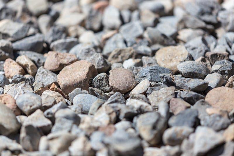 石渣作为抽象背景的建筑工人 免版税图库摄影