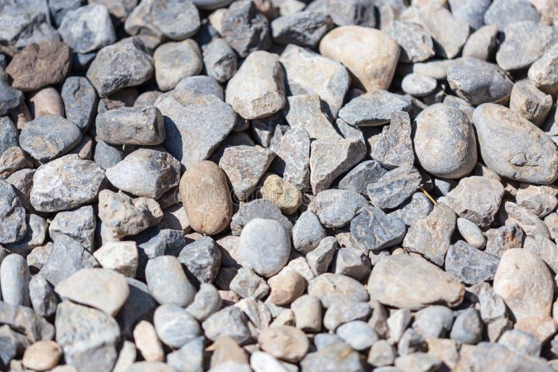 石渣作为抽象背景的建筑工人 图库摄影