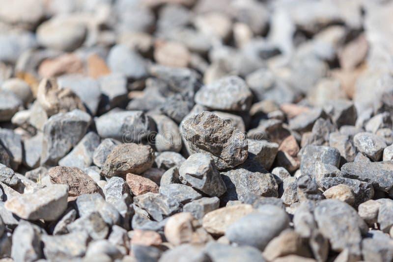 石渣作为抽象背景的建筑工人 库存照片