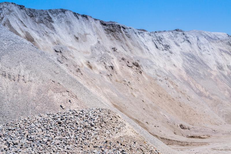 石渣石头在猎物露天开采矿采矿倾销 加工设备 免版税库存图片