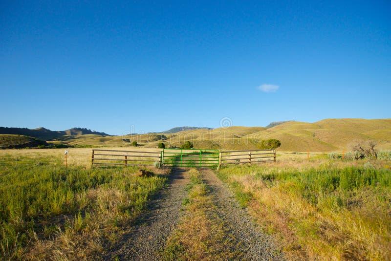 石渣路在大农场土地 免版税库存照片