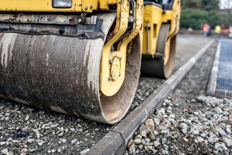 石渣重的纵排压路机变紧密的层数在修路站点的 免版税图库摄影