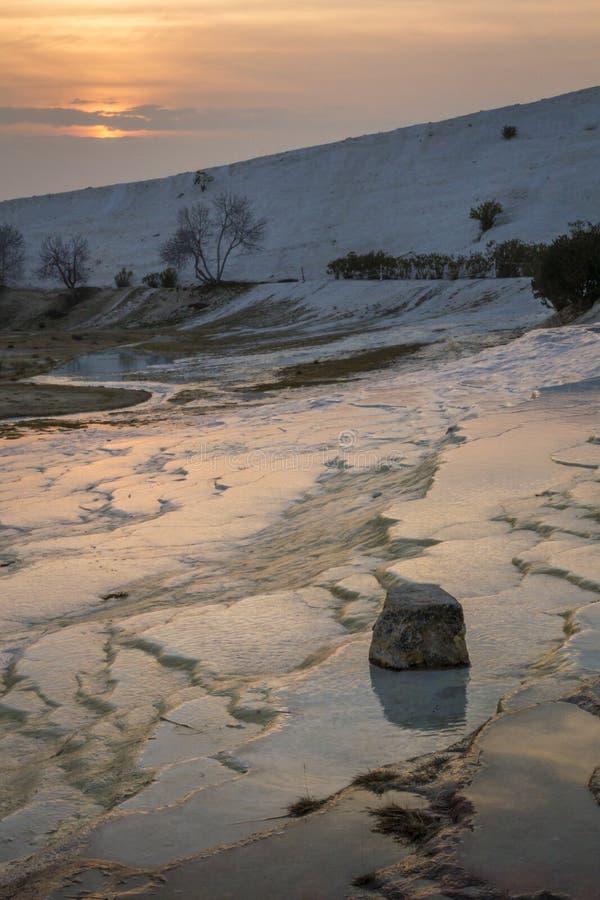 石灰华石灰石棉花堡,土耳其山和大阳台, 库存照片