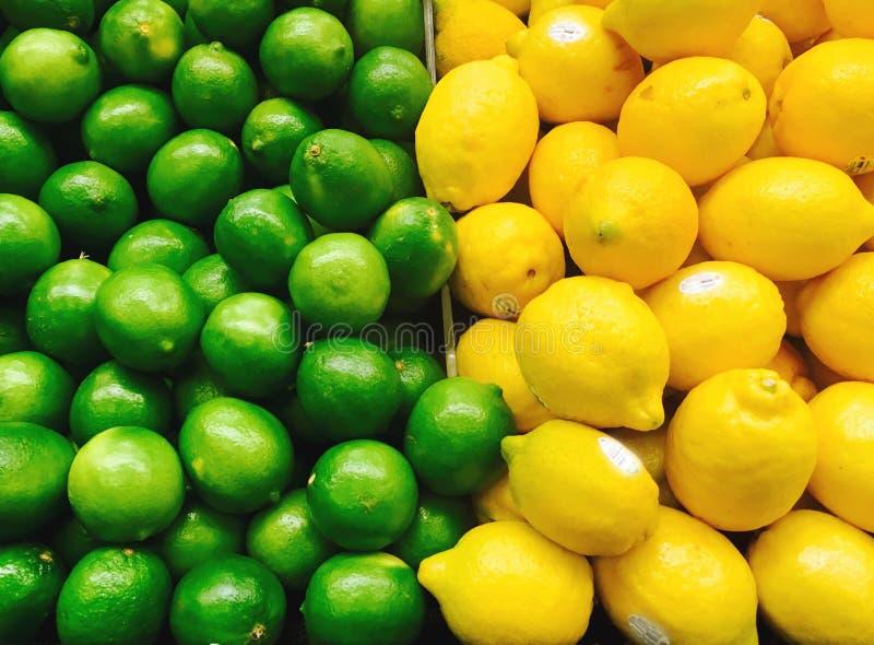 石灰和柠檬在超级市场 库存图片