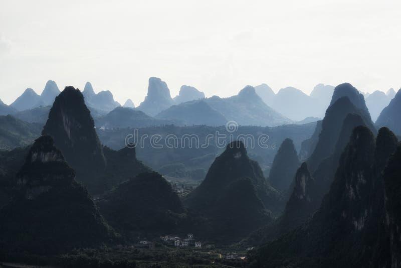 石灰岩地区常见的地形山上面 库存图片
