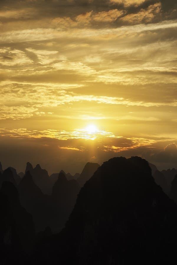石灰岩地区常见的地形山上面 免版税库存图片