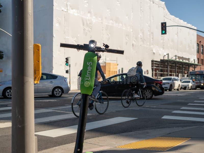 石灰电滑行车商标休息在一个交叉点的在圣 库存照片